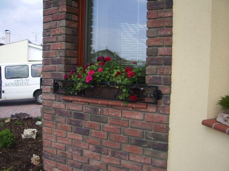 Do oken ohrádky pro květinové truhlíky